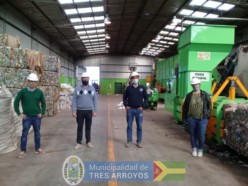 imagen 1 de la noticia FUNCIONARIOS DE CNEL. DORREGO VISITARON LA PLANTA DE SEPARACIÓN DE RESIDUOS DE TRES ARROYOSpublicada el 2021-05-03
