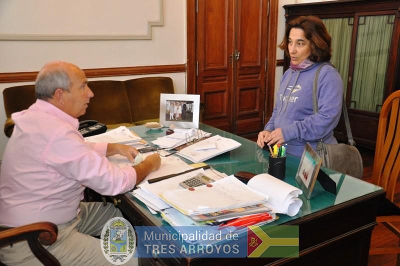 imagen 1 de la noticia ENTREGA DE APORTE ECONOMICO PARA VIAJE DE ALUMNOS A LA FERIA REGIONAL DE EDUCACION EN JUAREZpublicada el 2016-08-29