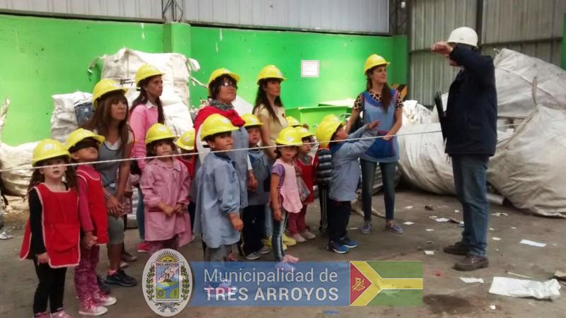 imagen 1 de la noticia Visita del Jardin 908 y Colegio Jesús Adolescente a la Planta de Reciclado y Aula Interactivapublicada el 2017-11-15