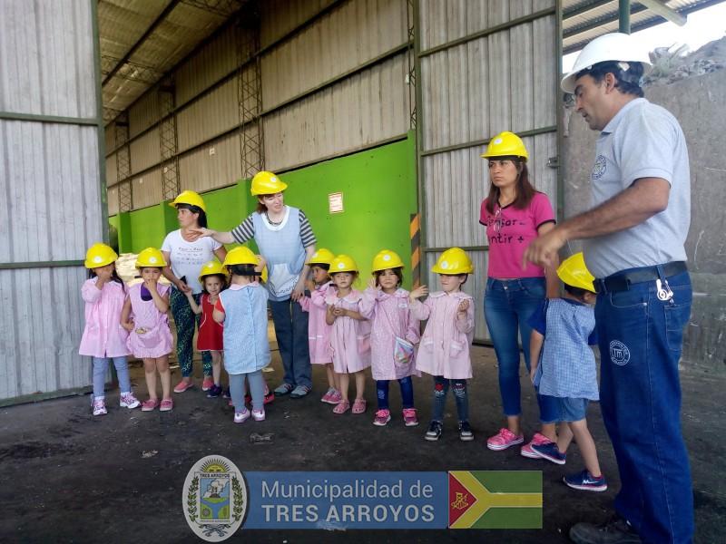imagen 2 de la noticia Los chicos del Jardín Nº 908 visitaron el Aula Interactiva y la Planta de Reciclado publicada el 2018-11-30