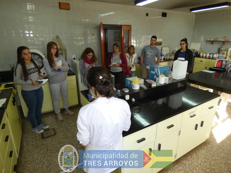 imagen 1 de la noticia Estudiantes de CRESTA visitaron el laboratorio de calidad industrial de granos en Barrowpublicada el 2019-04-11