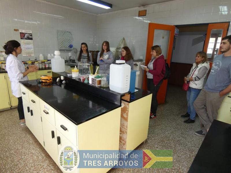 imagen 2 de la noticia Estudiantes de CRESTA visitaron el laboratorio de calidad industrial de granos en Barrowpublicada el 2019-04-11
