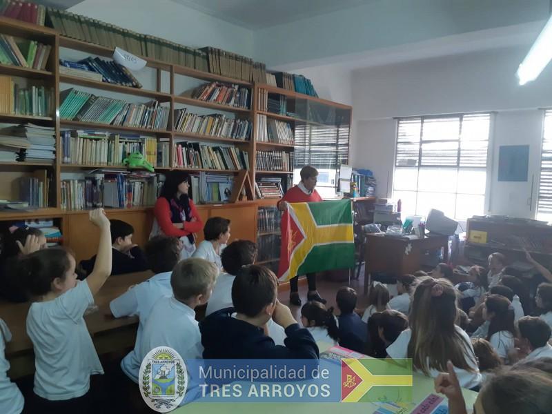imagen 3 de la noticia El Mulazzi va a la Escuela. Historia de la bandera de Tres Arroyos en el Colegio Ntra. Sra. De Lujanpublicada el 2019-04-12