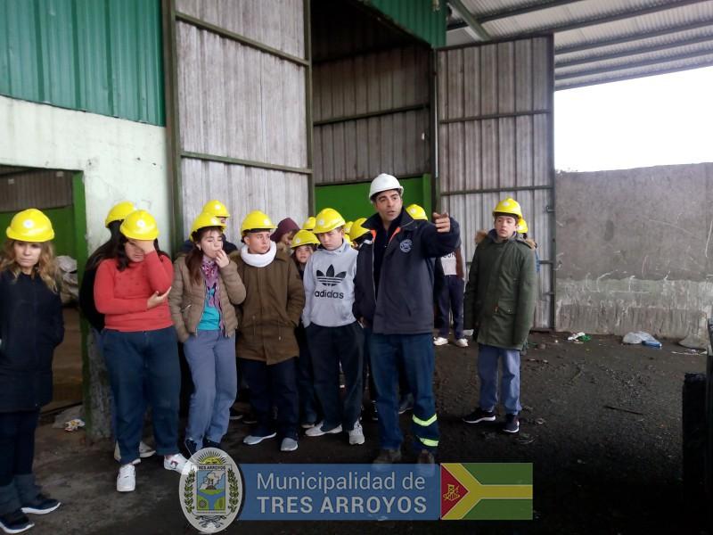 imagen 1 de la noticia Alumnos de la Escuela Técnica y del Jardín Nº 911 visitaron la Planta de Separación de Residuospublicada el 2019-09-11