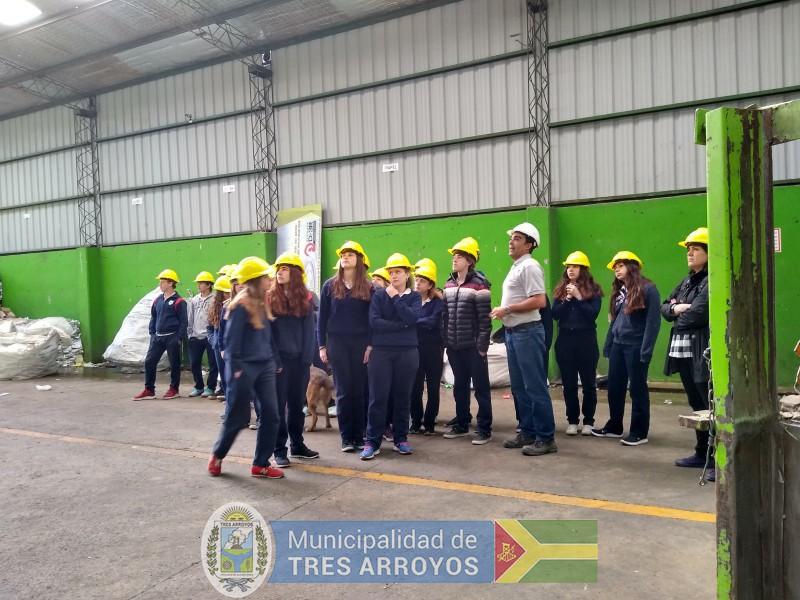 imagen 2 de la noticia Alumnos del Colegio Holandes visitaron la Planta de Separación de Residuospublicada el 2019-11-06