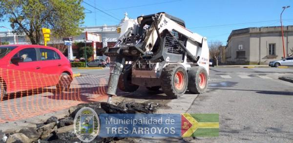 imagen 1 de la noticia Personal de bacheo continua con los trabajos en calle Colónpublicada el 2019-09-16