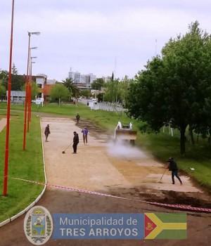 imagen 1 de la noticia COLOCACIÒN DE PIEDRA ESPECIAL EN LA PISTA DE ATLETISMOpublicada el 2020-10-29