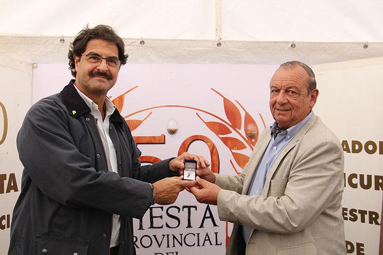 Sánchez le entrega a Sarquís un obsequio por su visita.