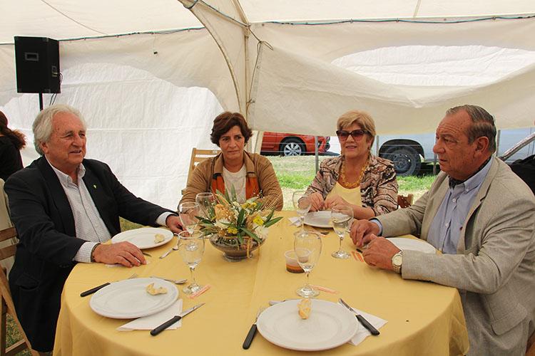 Almuerzo oficial: El Intendente Sánchez en el almuerzo oficial, junto a su señora esposa, el jefe de gabinete del Ministerio de Agroindustria Jorge Shrodek y la Directora de la Chacra experimental de Barrow, Paula Pérez Maté.