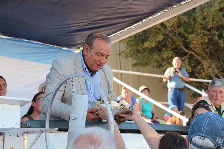 La gente le demuestra afecto al intendente Carlos Sánchez.