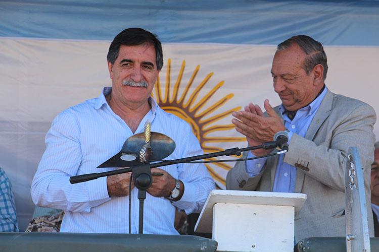 El Ing. Fernando García recibe de manos del Intendente Sánchez el premio a la Espiga de Oro.