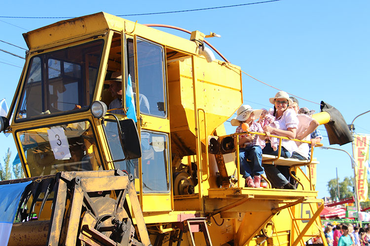 Las maquinarias antiguas desfilaron ante un gran marco de público.