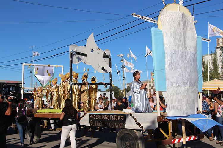 Los niños de la ciudad participaron en el desfile de carrozas alegóricas.