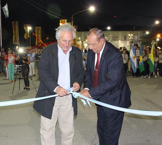 Acto Inaugural: Corte de cintas del Intendente Carlos Sánchez junto al Jefe de Ganbinete del Ministerio de Agroindustria de la Provincia de Buenos Aires Jorge Shrode.
