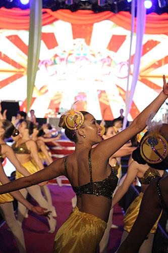 La apertura de la noche del domingo contó con la demostración de diversas disciplinas artísticas locales rememorando el circo criollo.